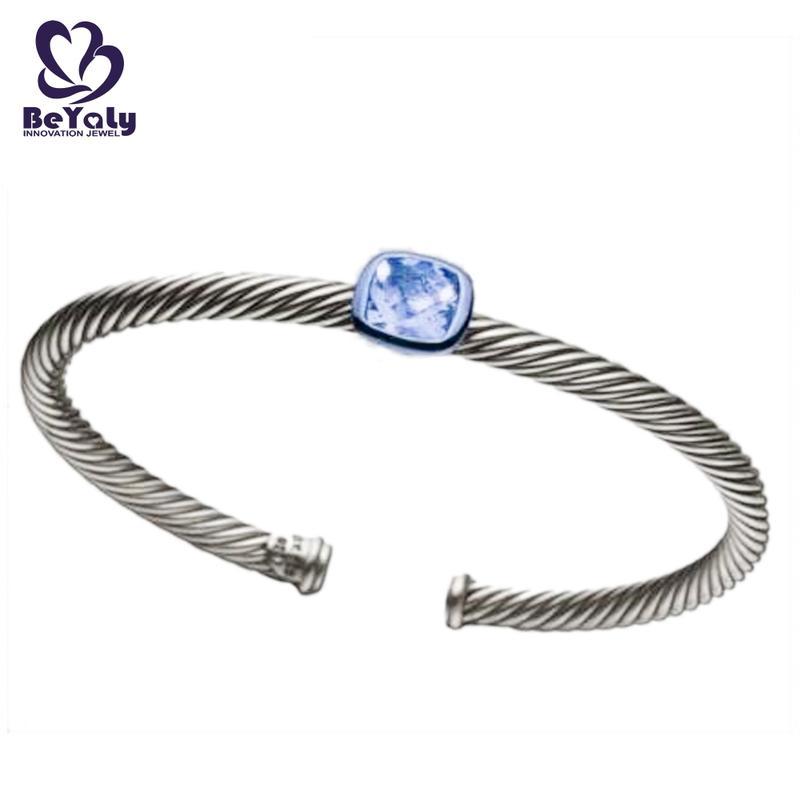 Simple adjustable screw thread bangle with a big stone