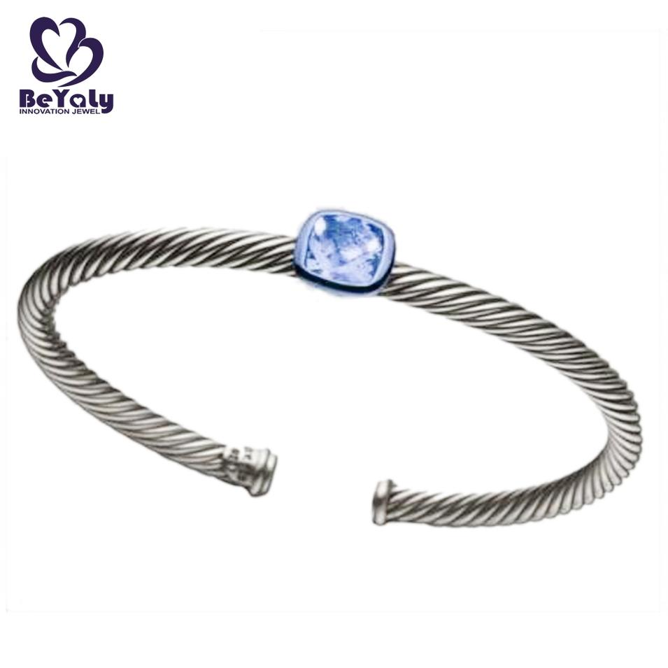 Simple adjustable screw thread bangle with a big stone